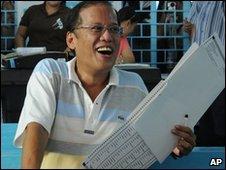 Benigno Aquino voting in Tarlac City, Philippines (10 May 2010)
