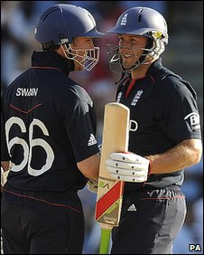 Graeme Swann and Tim Bresnan celebrate