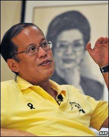 Benigno Aquino and a portrait of Corazon Aquino, Tarlac province, Philippines (11 May 2010)