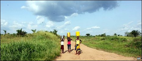 Women and a girl walk along a road carrying water in eastern Congo [file photo]