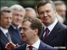Dmitry Medvedev (L) and Viktor Yanukovych in Kiev, 17/05/10