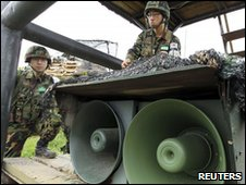 South Korea soldiers with speakers near the border with North Korea (25 May 2010)