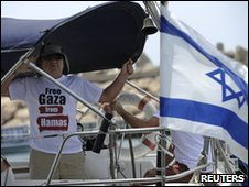 An Israeli protester in the Israeli city of Ashkelon demanding that the pro-Palestinian flotilla be stopped