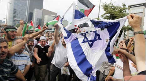 Demonstrators outside the Israeli consulate in Istanbul
