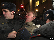 Moscow police arrest demonstrator, 31 Jan 10