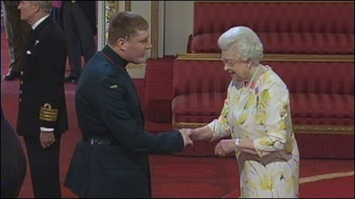 Rfn Paul Jacobs collects his medal from the Queen