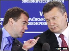 Russian President Dmitry Medvedev (left) and his Ukrainian counterpart Viktor Yanukovich in Kiev on 18/5/2010