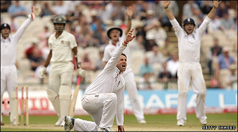 Graeme Swann grabs another wicket