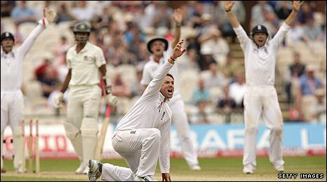 Graeme Swann grabs another wicket