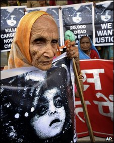 An elderly victim holds a poster outside the court in Bhopal. Photo: 7 June 2010