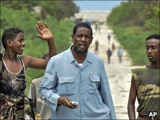 Somali Defence Minister Yusuf Mohamed Siad (C) walking on the front line in Mogadishu's during clashes with Islamist insurgents on 12 May 2010