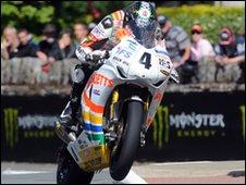 Ian Hutchinson at St Ninian's crossroads during the Senior TT race