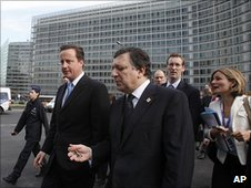 British Prime Minister David Cameron (left) and European Commission President Jose Manuel Barroso in Brussels, 17 June 2010