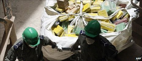 Gendarmes in Senegal move a large part of the seized cocaine haul in 2007