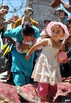 Ethnic Uzbek civilians cross the Uzbek border on their way back  into Kyrgyzstan, 18 June