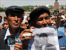 Kyrgyz men in Osh show pictures of dead relatives, 18 June