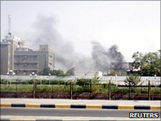 Smoke rises from the headquarters of the Political Security Service in Aden (19 June 2010)