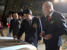 Dieter Zetsche of Daimler and Xu Heyi of Beijing Automotive, signing the bonnet of the first Mercedes-Benz long E-Class produced in Beijing on 28 May 2010
