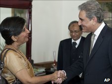 Indian Foreign Secretary Nirupama Rao shakes hands with Pakistani  Foreign Minister Shah Mahmood Qureshi