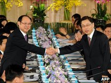 Taiwan delegation head Kao Koong-lian (R) shakes hands with Chinese counterpart Zheng Lizhong at the talks on 24 June