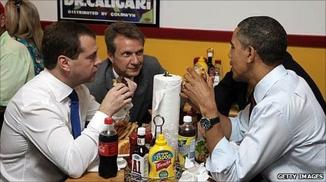 US President Barack Obamaand and Russian President Dmitry Medvedev enjoy a hamburger lunch