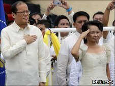 Benigno &#039;Noynoy&#039; Aquino and outgoing President Gloria Arroyo (R) salute during the inauguration ceremony 