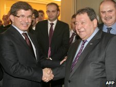 Ahmet Davutoglu (left) shakes hands with Benjamin Ben-Eliezer (23 November 2009)