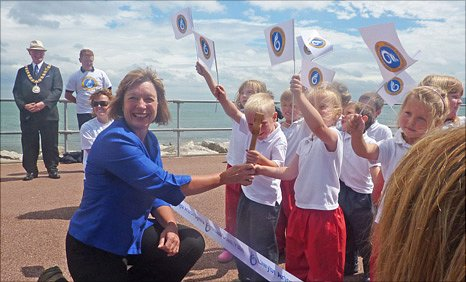 Environment Minister, Jane Davidson with pupils from Ysgol Pen-y-bryn, Colwyn Bay at the opening of the path