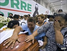 Supporters of Rodolfo Torre Cantu mourn next to his coffin the day after he was killed while campaigning in Tamaulipas (29 June 2010)