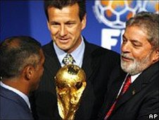 Former Brazil star Romario, Brazil coach Dunga and President Lula with the World Cup trophy (on 30 October 2007)