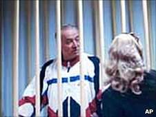 Sergei Skripal speaks to his lawyer in a Moscow courtroom, file pic from 2006