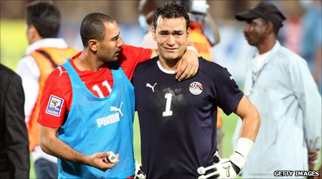 Egypt's Mohammed Shawki (L) comforts goalkeeper Essam el-Hadary (R) after losing the 2010 World Cup qualifying play-off against Algeria in Khartoum, 18 November, 2009