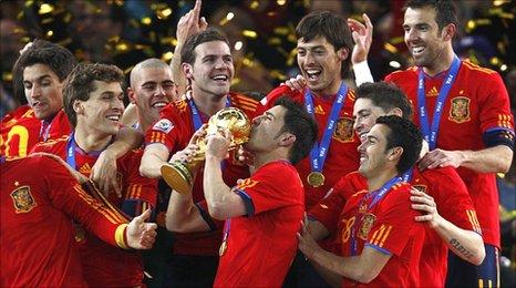 David Villa kisses the trophy