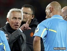 Bert van Marwijk points at Howard Webb