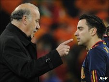 Del Bosque speaks to midfielder Xavi during extra time in the final