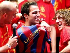 Jose Reina and Carles Puyol put a Barcelona shirt on Fabregas