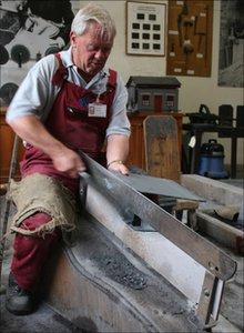 Dafydd Davies cutting slate