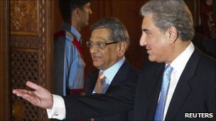 Pakistan Foreign Minister Shah Mehmood Qureshi (right) and Indian counterpart SM Krishna in Islamabad on 15 July 2010