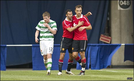 Mark Wilson looks dejected a Ryan Giggs and Dimitar Berbatov celebrate