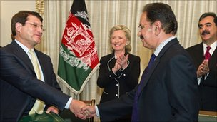 Afghan Trade Minister Anwar Ul Haq Ahadi (left) sakes hands with his Pakistani counterpart Makdoom Admin Fahin as US Secretary of State Hillary Clinton looks on in Islamabad. Photo: 18 July 2010