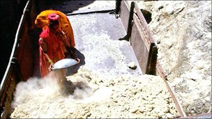 A worker at an asbestos mine in India