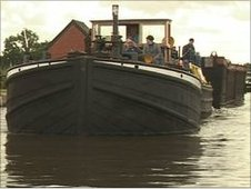 Tom Pudding boat on the canal