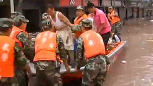 Soldiers rescue a stranded man in Guang'an