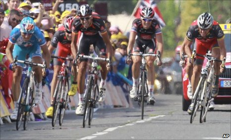Pierrick Fedrigo (far left) beats Lance Armstrong (far right)