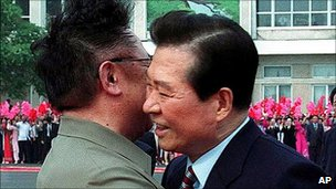 Kim Jong-il embraces South Korea&#039;s Kim Dae-jung in 2000