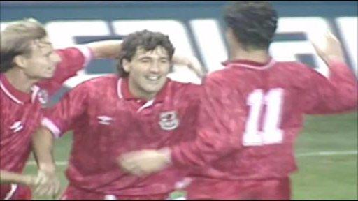 Dean Saunders celebrates his goal