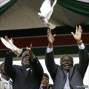 Raila Odinga (l) and Mwai Kibaki (r) releasing pigeons at start of campaign