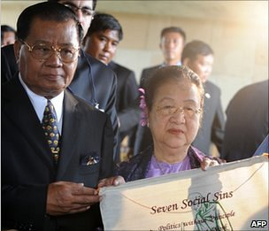 Burmese leader Senior General Than Shwe (L) and his wife Daw Kyaing Kyaing hold a fabric printed with some teachings of Mahatma Gandhi in Delhi on 27 July 2010