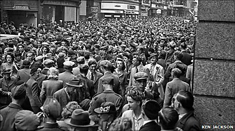 Crowds celebrate end of WWII