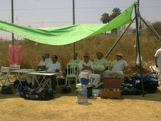 Israeli cricketters shelter from the sun